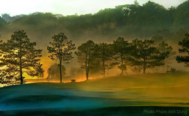 Sáng sớm và có khi cả chiều tối, sương giăng khắp chốn, tạo cho cảnh vật một màm hư ảo.