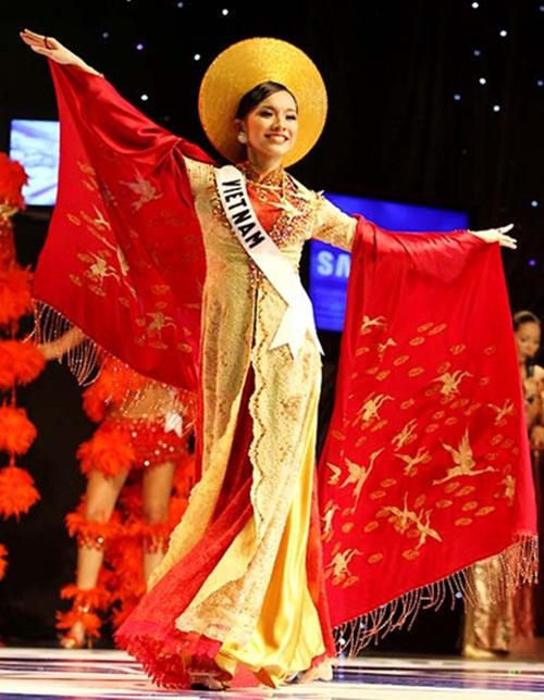 1449898161 1447643030 1 Trang phục dân tộc của mỹ nhân Việt ở đấu trường quốc tế