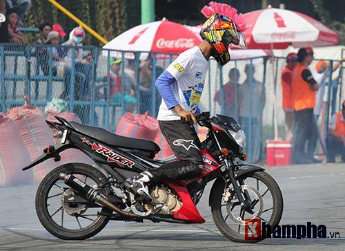 Đã mắt màn trình diễn ở giải đua mô tô Việt - 2