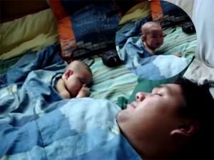 Giới trẻ - Clip: Phì cười khi bé giật mình với tiếng ngáy của bố