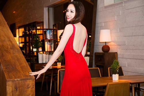 1449972664 1449971473 1d4a3500 copy Mai Phương Thúy thay 2 váy gợi cảm chạy sô