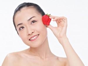 Làm đẹp - 6 mẹo đối phó với những vấn đề về da từ dâu tây