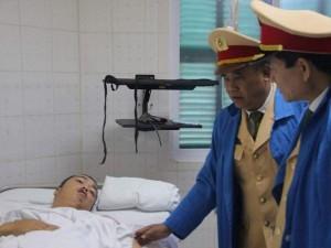 Tin tức trong ngày - Vụ xe tải tông CSGT: Thượng úy Đạt bị dập phổi, gãy 3 xương sườn