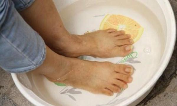 Ngâm chân bằng nước nóng mỗi ngày trị chứng xuất tinh sớm - 1