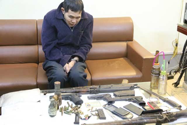 """Hai bố con tàng trữ """"kho"""" súng, lựu đạn, ma túy… trong nhà - 2"""