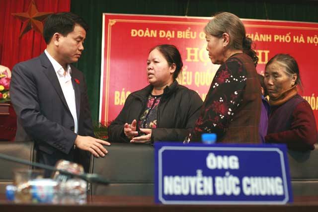 Tân Chủ tịch HN nhận hồ sơ của dân ngay tại bàn tiếp xúc cử tri - 1