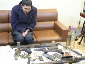 """An ninh Xã hội - Hai bố con tàng trữ """"kho"""" súng, lựu đạn, ma túy… trong nhà"""