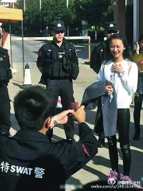 Chàng cảnh sát dẫn theo đội quân đến cầu hôn bạn gái - 1