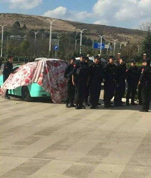 Chàng cảnh sát dẫn theo đội quân đến cầu hôn bạn gái - 2
