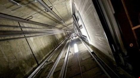 Tựa cửa thang máy, nam sinh viên rơi từ lầu 6 tử vong - 1