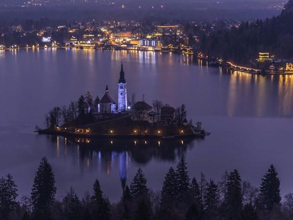 Phố cổ Hội An lọt top 10 thị trấn đẹp nhất thế giới - 9