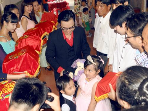 Lê Kiều Như được ông xã tặng gấu bông trong lễ đính hôn - 1
