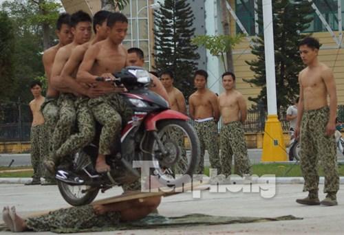 Cận cảnh võ thuật siêu phàm của đặc công Việt Nam - 10