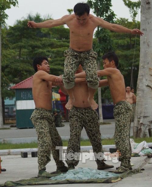 Cận cảnh võ thuật siêu phàm của đặc công Việt Nam - 11