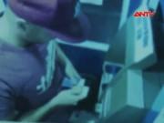 """Video An ninh - Bắt 2 """"ông Tây"""" dùng 40 thẻ ATM giả rút tiền ngân hàng"""