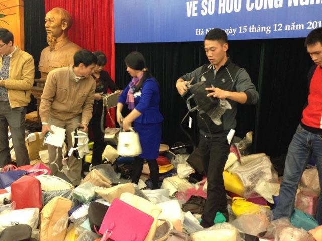 """Tiêu hủy hàng nghìn túi xách """"nhái"""" nhãn hiệu nổi tiếng - 1"""