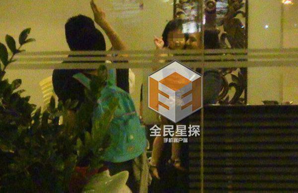 Clip: 'Soái ca' Chung Hán Lương bí mật hẹn gặp vợ con - 8
