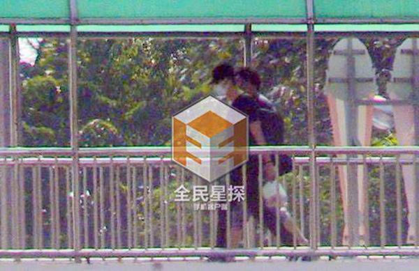 Clip: 'Soái ca' Chung Hán Lương bí mật hẹn gặp vợ con - 11