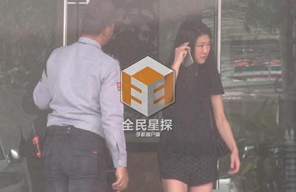 Clip: 'Soái ca' Chung Hán Lương bí mật hẹn gặp vợ con - 3