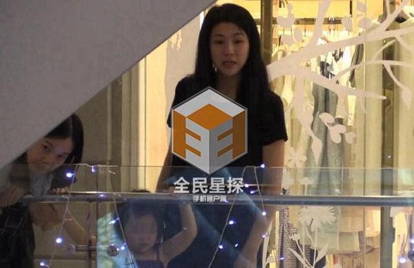 Clip: 'Soái ca' Chung Hán Lương bí mật hẹn gặp vợ con - 5