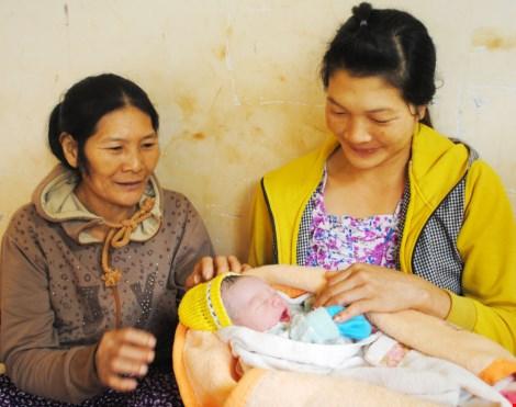 Thai phụ đi chợ đẻ rớt con trong nhà vệ sinh - 1