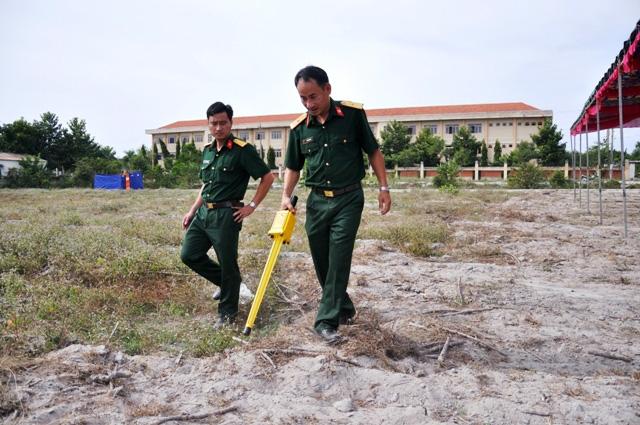Rà bom, mìn khu vực xét xử vụ thảm án ở Bình Phước - 9