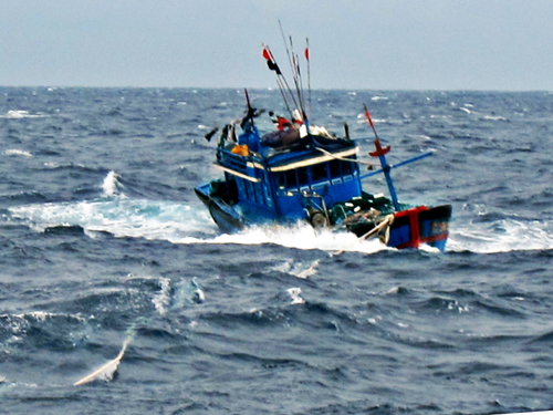 Ngư dân bị sóng cuốn suốt một ngày đêm sống sót kỳ diệu - 1