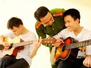 Bạn trẻ - Cuộc sống - Thượng úy trẻ dạy nhạc miễn phí cho trẻ em khiếm thị