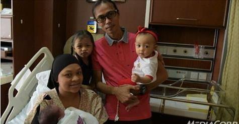 Kỳ lạ bà mẹ sinh hai con cách nhau 10 tháng - 1