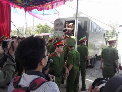 Tuyên án tử hình 2 bị cáo gây thảm án ở Bình Phước - 20