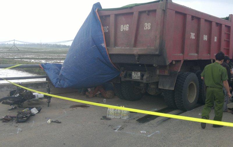 Đi mua đồ đám tang, hai nữ sinh bị xe tải đâm chết - 1