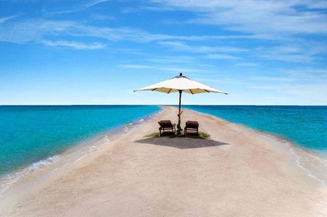 Hòn đảo thiên đường Musha Cay, Bahamas thuộc sở hữu của ảo thuật gia David Copperfield. Đảo có 7 bãi biển đẹp như thiên đường cùng 5 ngôi nhà tuyệt đẹp với đội ngũ nhân viên hơn 30 người. Bạn được tận hưởng những dịch vụ xa xỉ nhất với hệ thống chiếu phim ngoài bãi biển, bể nước nóng, sân tennis, bữa ăn do đầu bếp chuyên nghiệp chế biến. Giá phòng một đêm khoảng 39.000 USD (khoảng 875 triệu đồng).