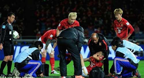 Tranh bóng với Alves, sao Quảng Châu gãy chân rợn người - 1