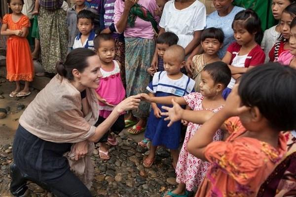 Angelina Jolie bị lên án vì... cho con cưỡi voi - 2