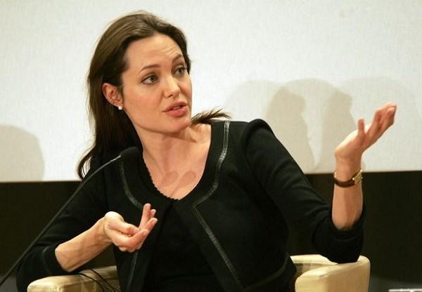 Angelina Jolie bị lên án vì... cho con cưỡi voi - 3