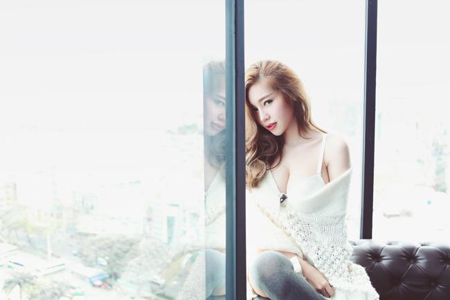 Sau khi tiết lộ & nbsp;những hình ảnh hậu trường chụp bikini nóng bỏng, hôm nay (18/12) Elly Trần đã cho & nbsp;người hâm mộ ngắm trọn bộ ảnh gợi cảm của mình.