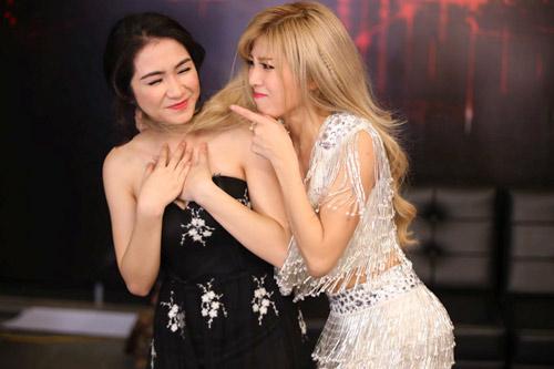Hòa Minzy lộ hình xăm gây chú ý trên sóng truyền hình - 6