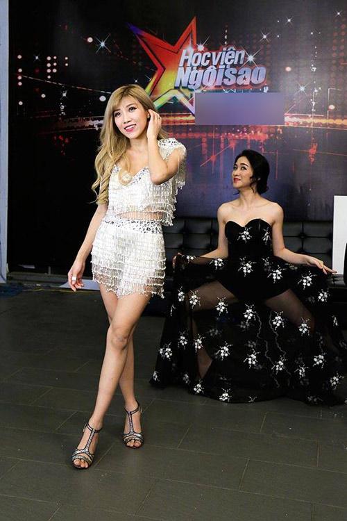 Hòa Minzy lộ hình xăm gây chú ý trên sóng truyền hình - 7