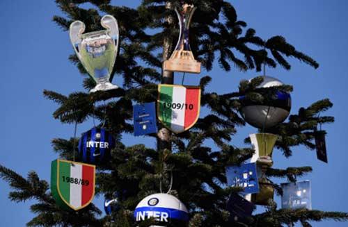 Serie A trước V17: Đen tối thành Rome, hội hè Milano - 2