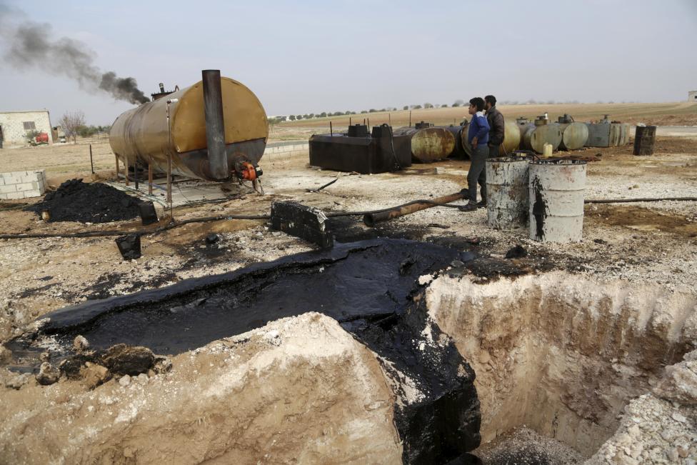 """Ảnh: Đột nhập nơi khủng bố IS lọc dầu kiếm """"tiền tấn"""" - 1"""