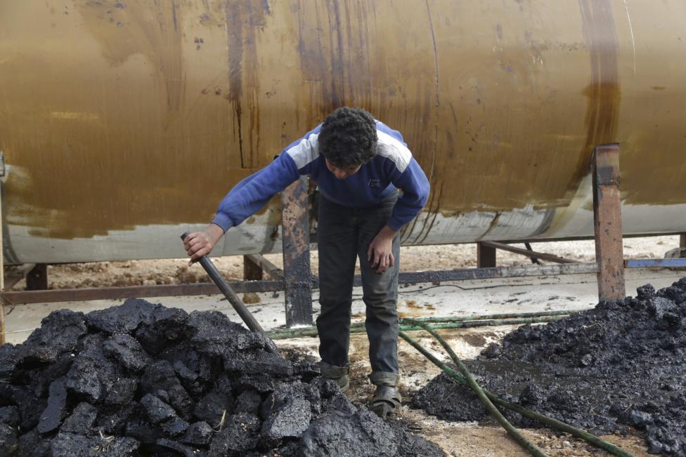 """Ảnh: Đột nhập nơi khủng bố IS lọc dầu kiếm """"tiền tấn"""" - 2"""