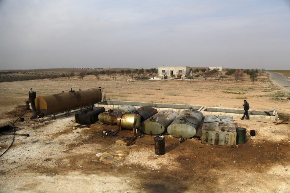 """Ảnh: Đột nhập nơi khủng bố IS lọc dầu kiếm """"tiền tấn"""" - 6"""