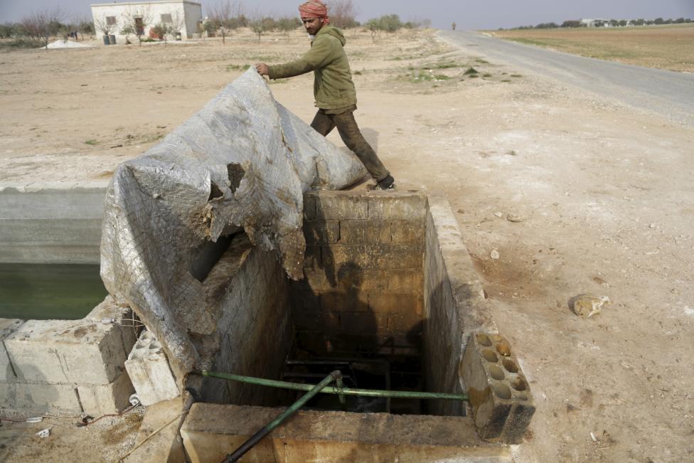 """Ảnh: Đột nhập nơi khủng bố IS lọc dầu kiếm """"tiền tấn"""" - 7"""