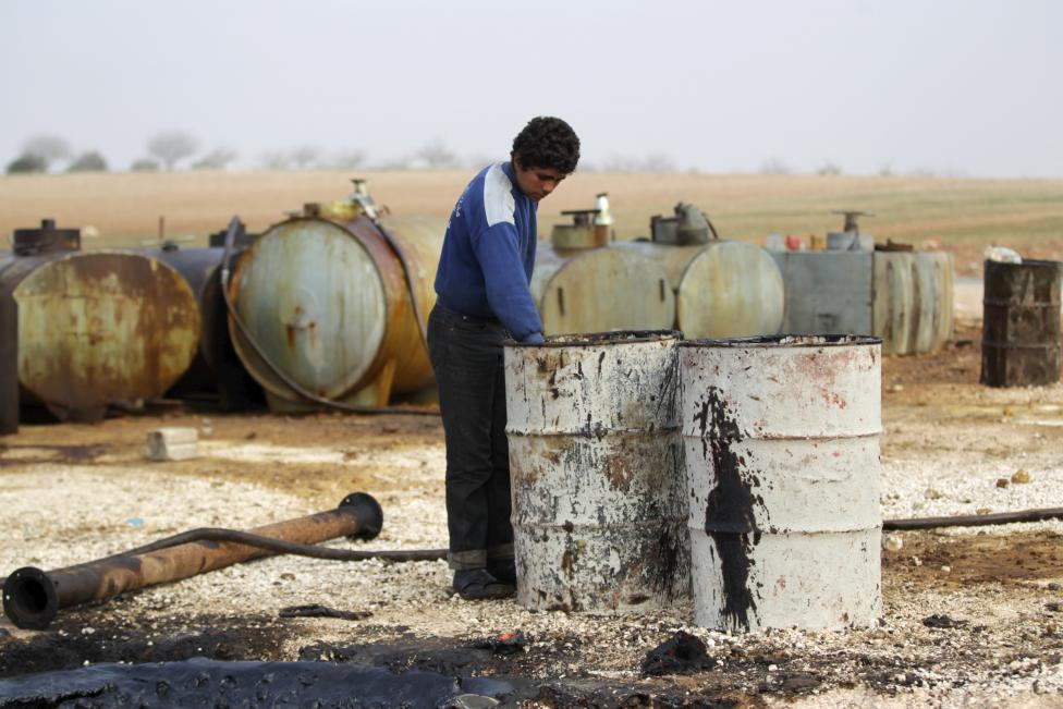 """Ảnh: Đột nhập nơi khủng bố IS lọc dầu kiếm """"tiền tấn"""" - 8"""