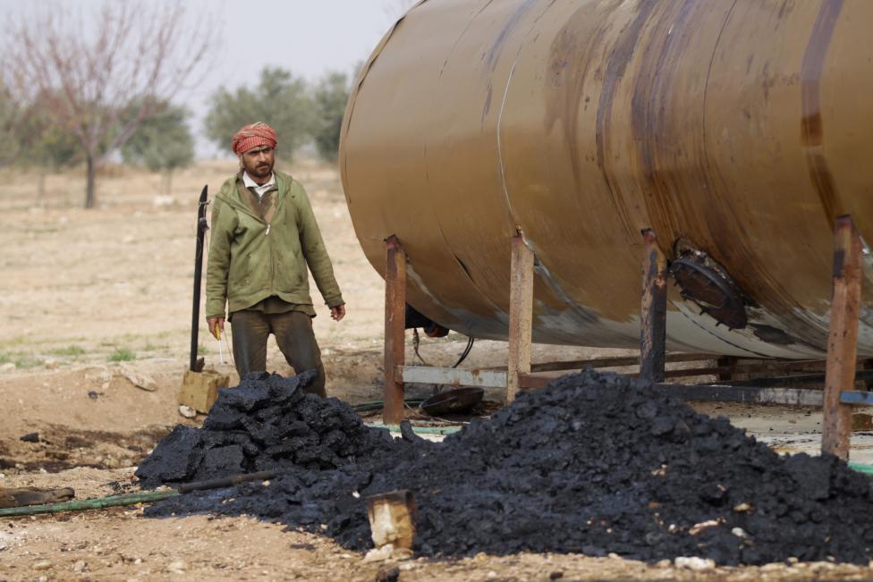 """Ảnh: Đột nhập nơi khủng bố IS lọc dầu kiếm """"tiền tấn"""" - 9"""