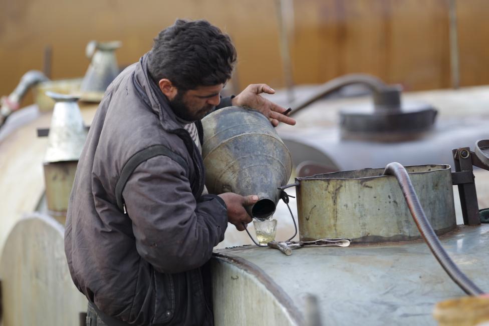 """Ảnh: Đột nhập nơi khủng bố IS lọc dầu kiếm """"tiền tấn"""" - 10"""