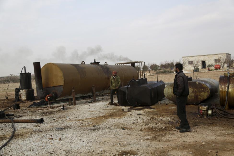 """Ảnh: Đột nhập nơi khủng bố IS lọc dầu kiếm """"tiền tấn"""" - 12"""