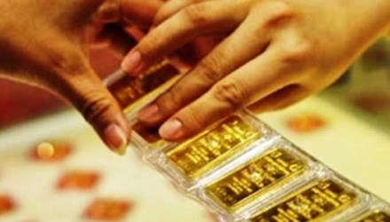 Vàng mất gần 100 nghìn đồng, USD căng thẳng - 1