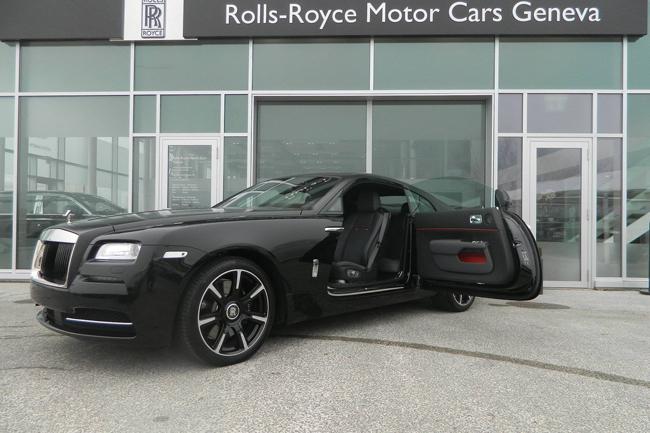 Hãng siêu xe Anh quốc vừa chính thức giới thiệu chiếc Rolls-Royce Wraith Carbon Fiber với một phiên bản màu duy nhất là đen mờ.