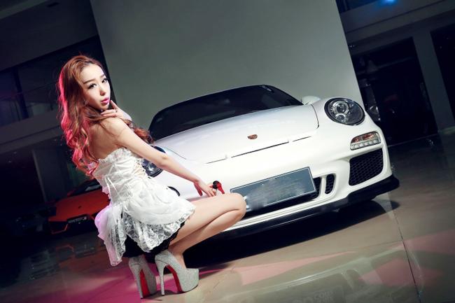 Người đẹp tạo dáng bên chiếc Porsche 911 Carrera 4S